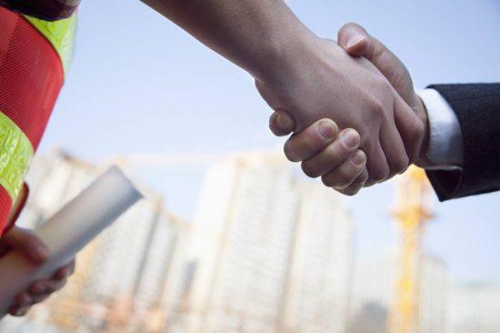 handshake-baustelle-holz-vollhaus